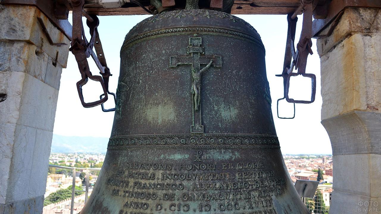 Литьё на колоколе Пизанской башни