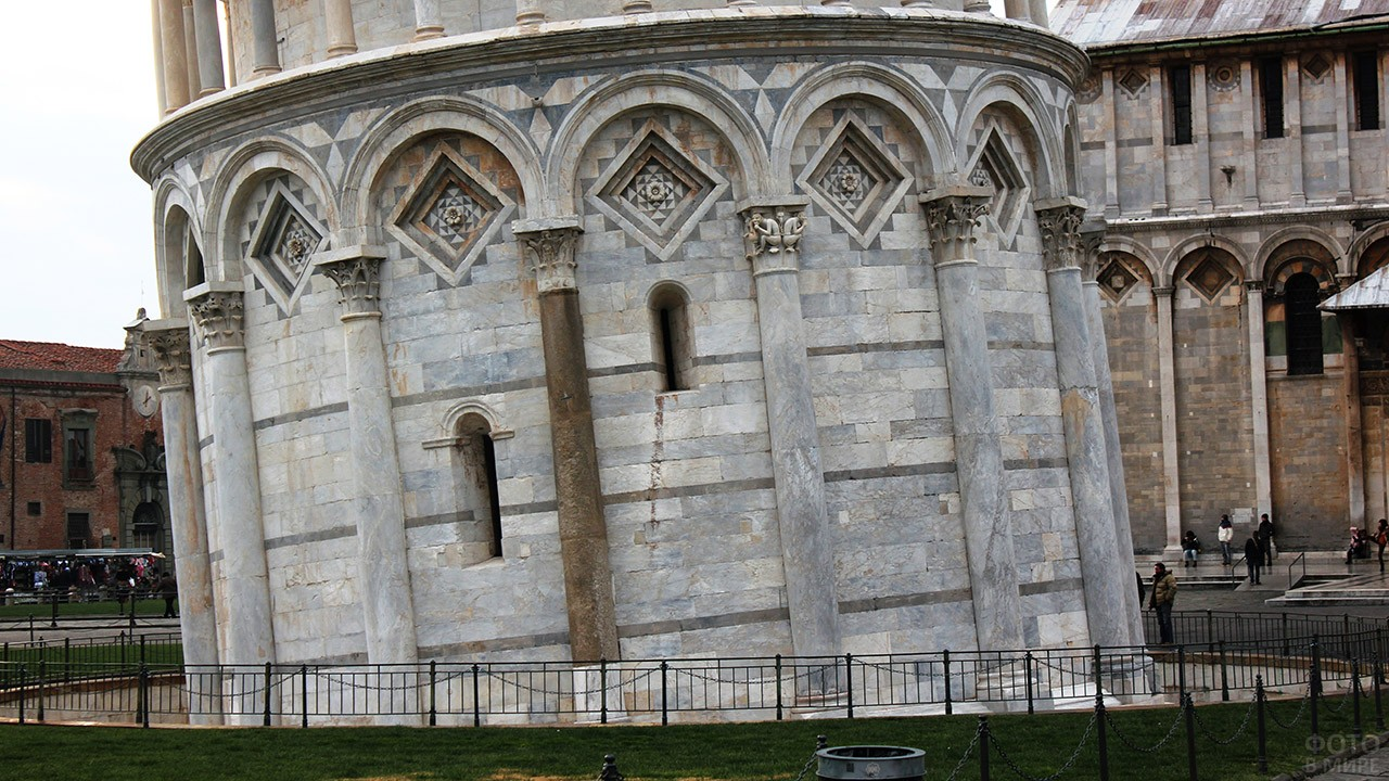 Нижний уровень Пизанской башни