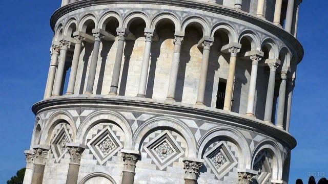 Один из уровней Пизанской башни крупным планом