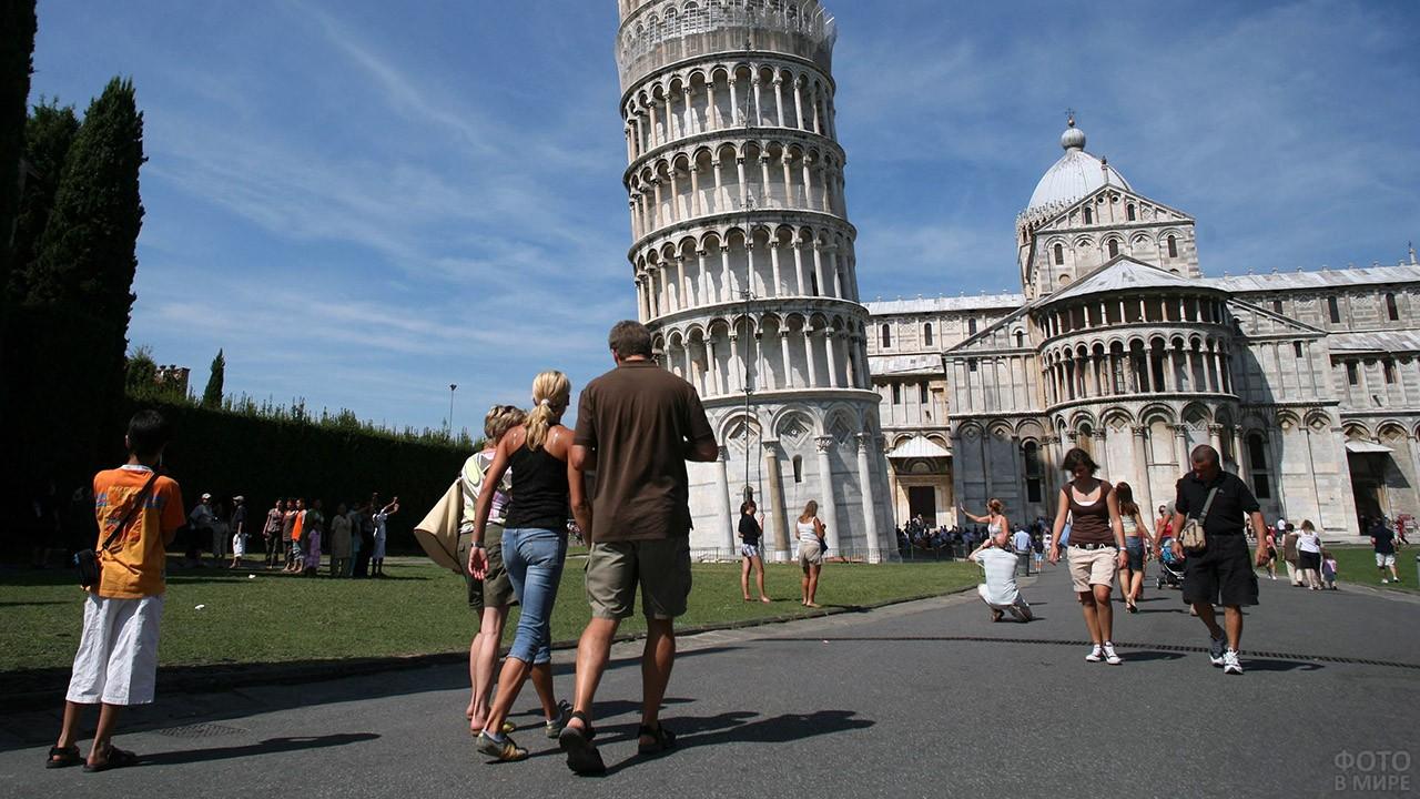 Туристы идут ко входу в Пизанскую башню