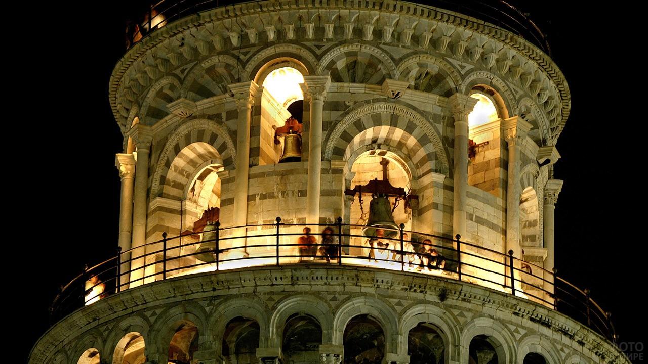 Вечерняя иллюминация колокольни на верхушке Пизанской башни