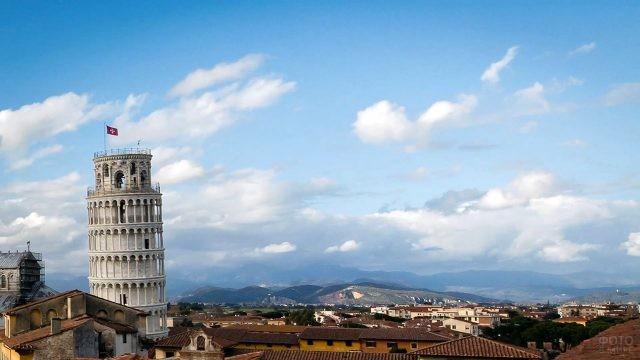 Верхушка Пизанской башни на панораме города