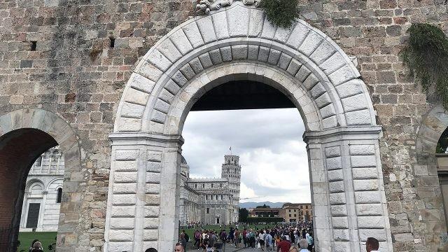 Вход на Площадь чудес Пизы