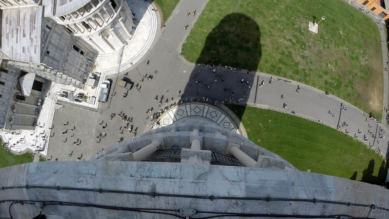 Вид на вход в Пизанскую башню с одного из её уровней