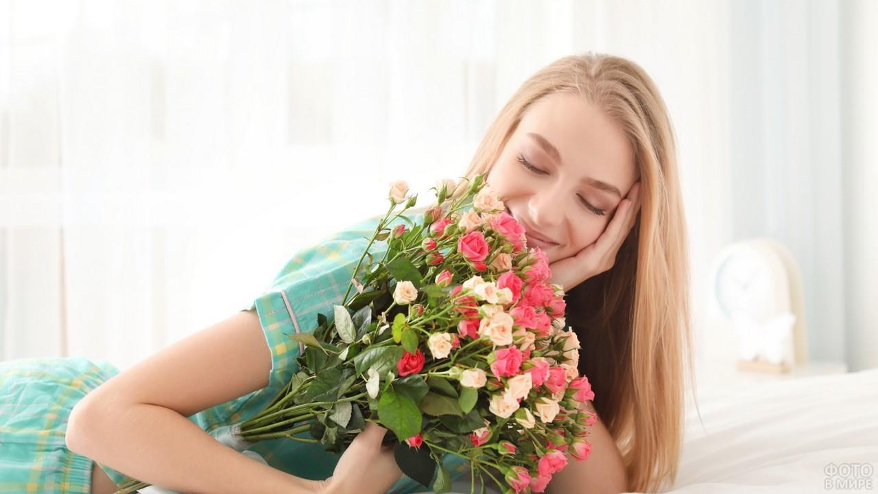 Девушка радуется букету мелких роз