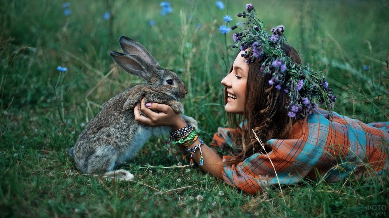 Девушка с кроликом на лугу