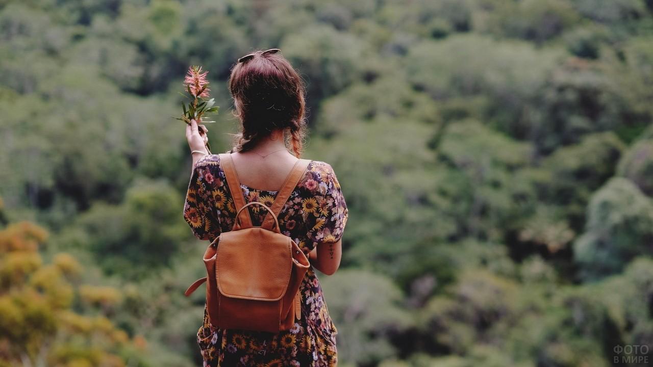 Девушка с рюкзаком со спины