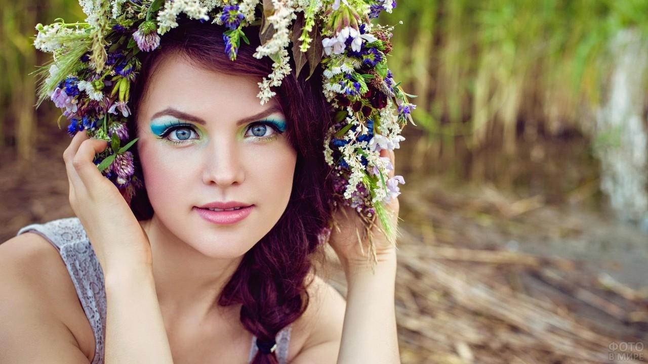 Девушка с венком из полевых цветов