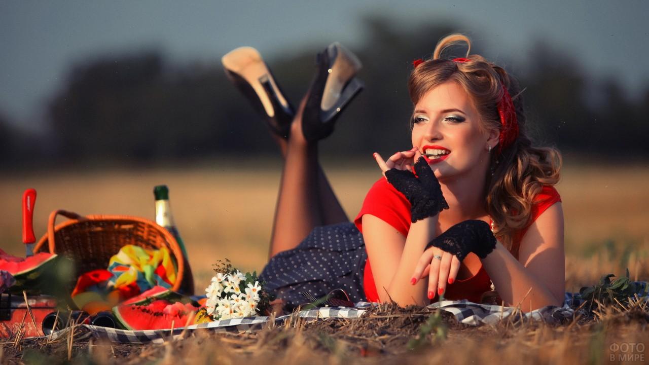 Девушка в стиле ретро на пикнике