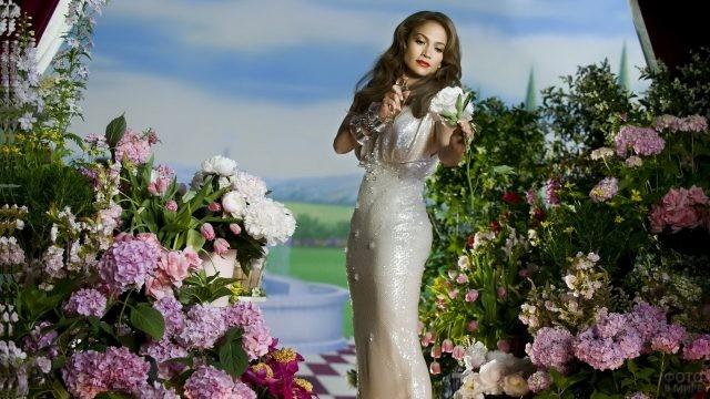 Дженифер Лопес в цветочном саду