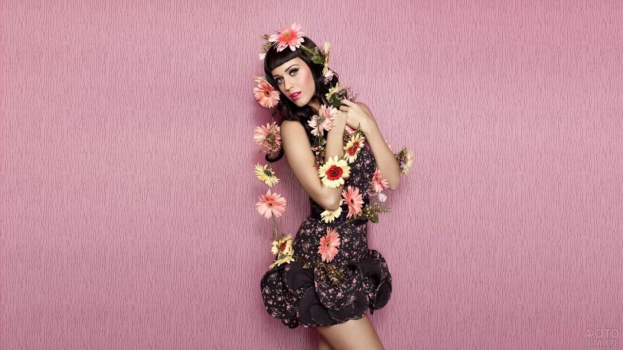 Кэти Перри в цветах у розовой стены
