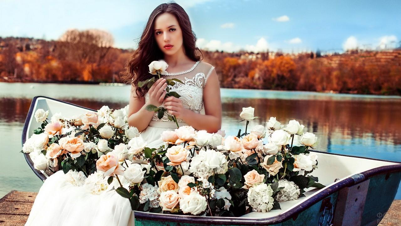 Невеста в лодке у пруда с чайными розами