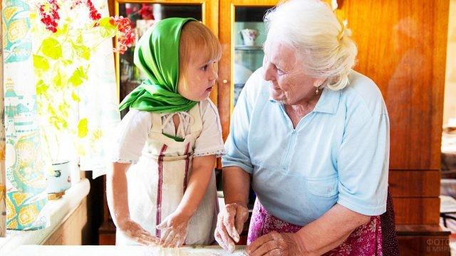 Бабушка и внучка лепят пирожки