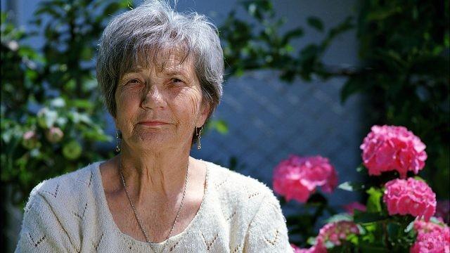 Пенсионерка на фоне гортензий в саду