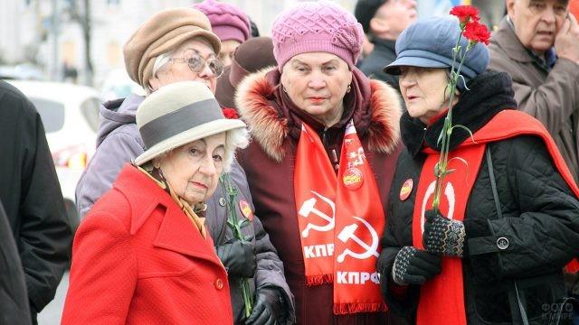 Пенсионерки-коммунистки на праздничной демонстрации