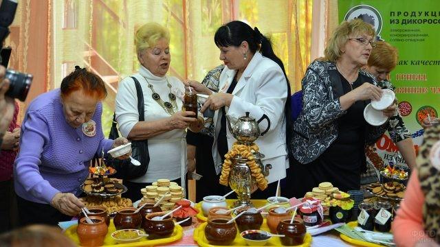 Пенсионерки пробуют сорта мёда у самовара с баранками