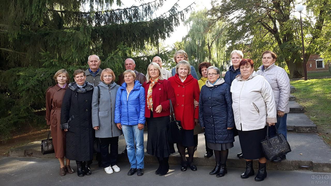 Пенсионеры предприятия в парке в свой праздник