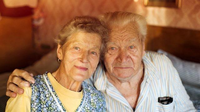 Пенсионеры в своём доме в лучах вечернего солнца