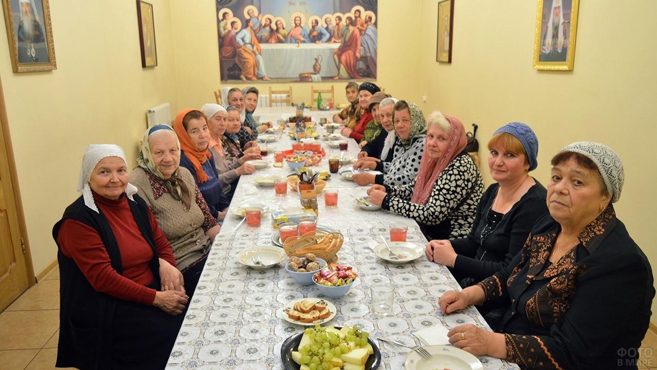 Праздничное чаепитие для пенсионеров в Троицком храме