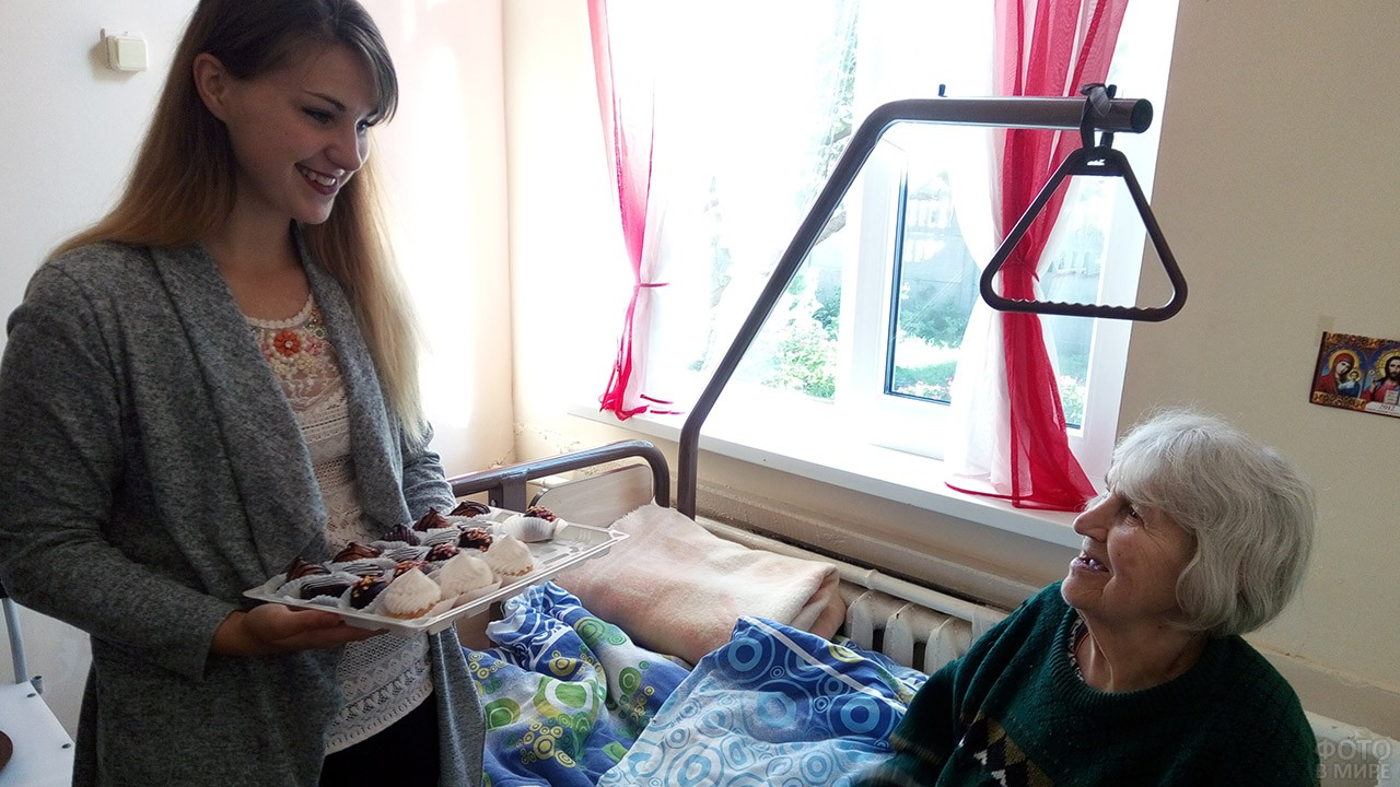 Праздничное угощение для пенсионерки в стационаре больницы