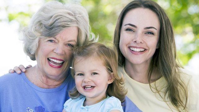 Счастливая пенсионерка с дочерью и внучкой