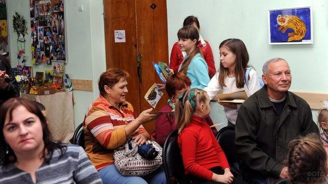 Ученики детского центра творчества дарят самодельные подарки бабушкам
