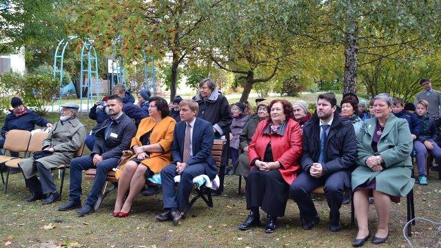 Зрители праздничного концерта во дворе геронтологического центра