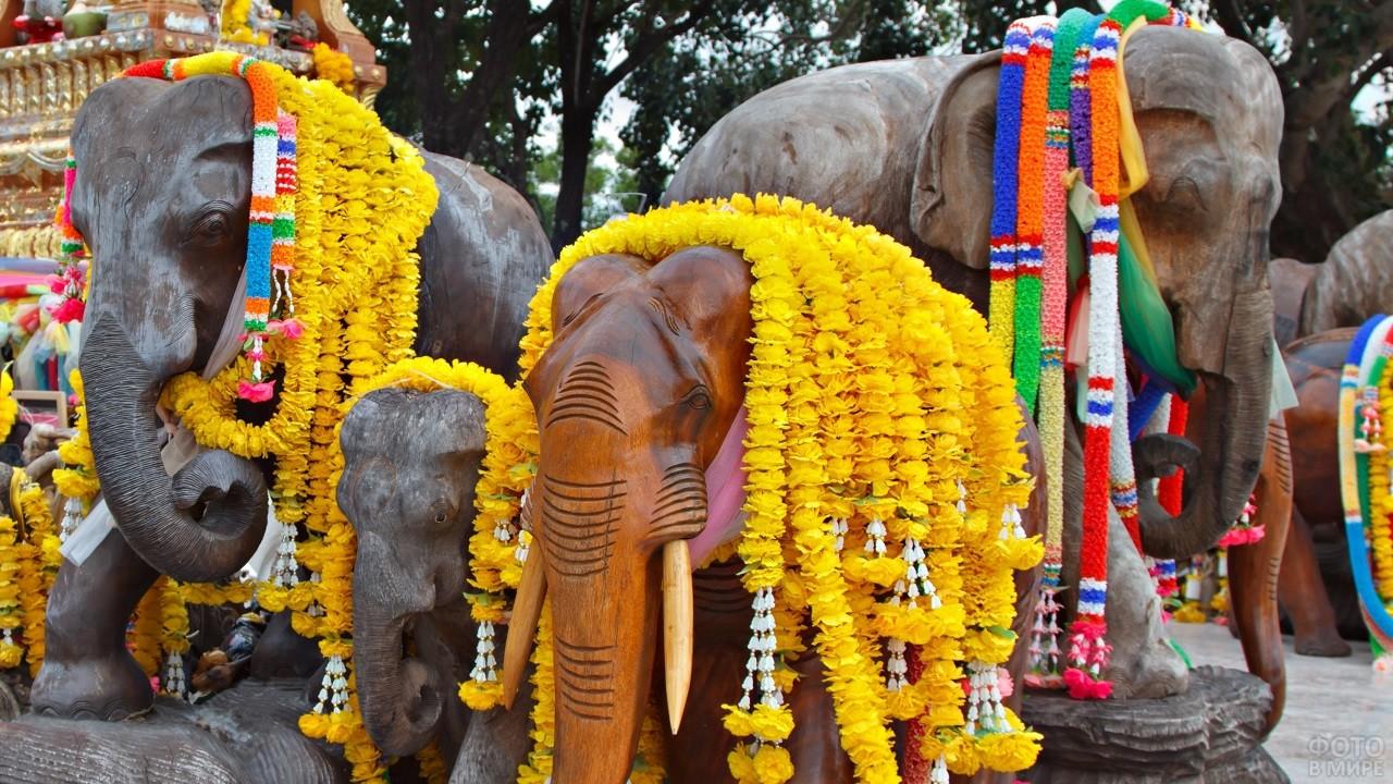 Статуи Индийских украшенных слонов