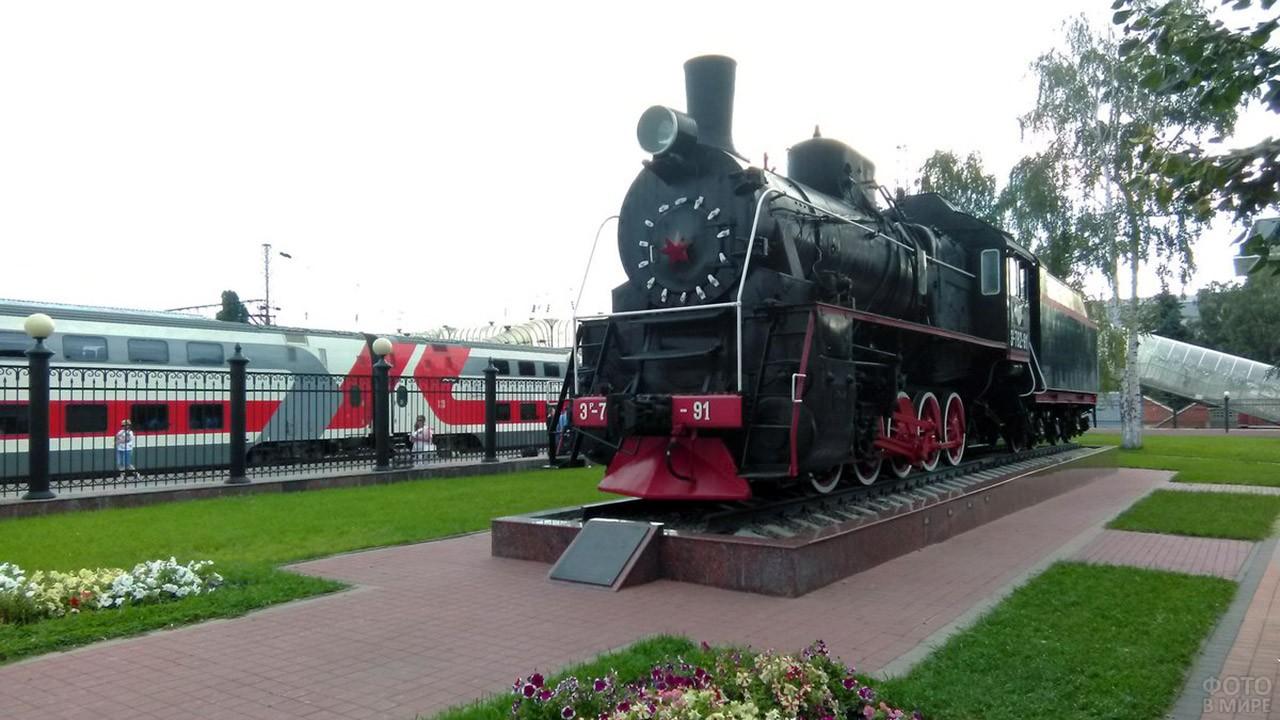 Памятник паровозу на современном вокзале