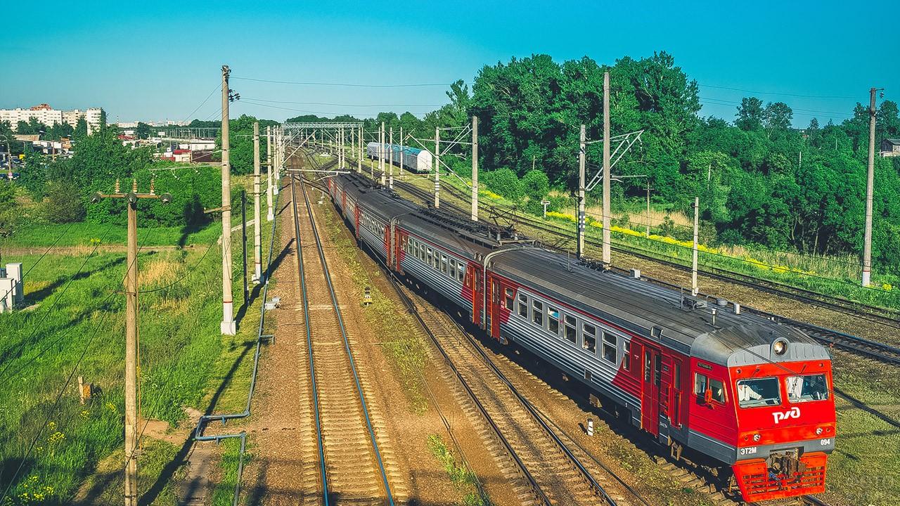 Пассажирский поезд на железнодорожной развязке