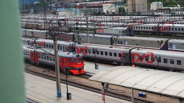 Поезда РЖД на привокзальных путях