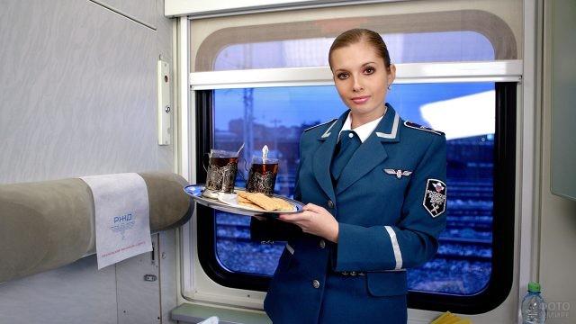 Проводница с чаем в купе поезда