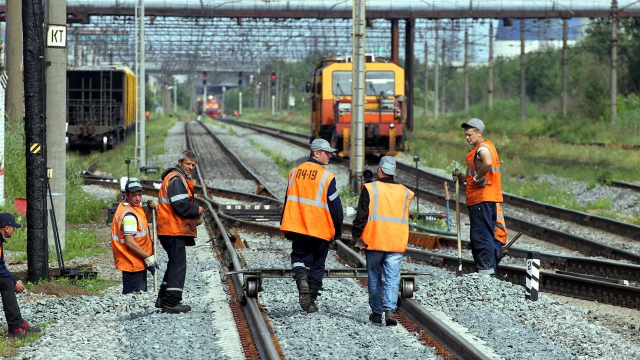 Рабочие путейцы на железнодорожной развязке