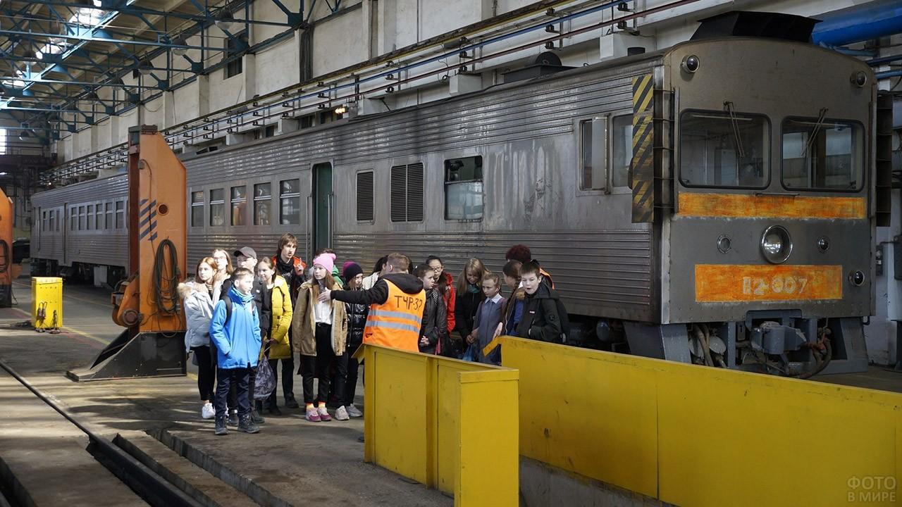Школьники Южно-Сахалинска на экскурсии в День железнодорожника