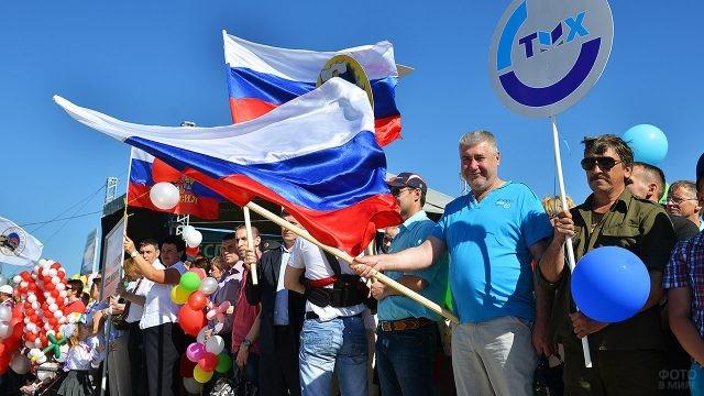 Сотрудники сервисно-локомотивного депо на демонстрации в День желенодорожника
