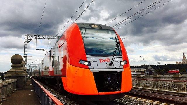 Современный локомотив скоростного поезда