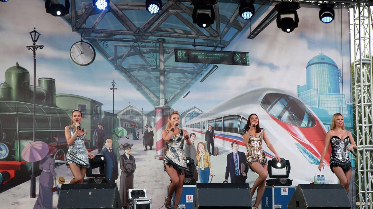Выступление поп-группы в День железнодорожника