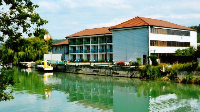 Гостиница на берегу реки