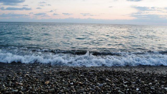 Морской прибой на вечернем пляже