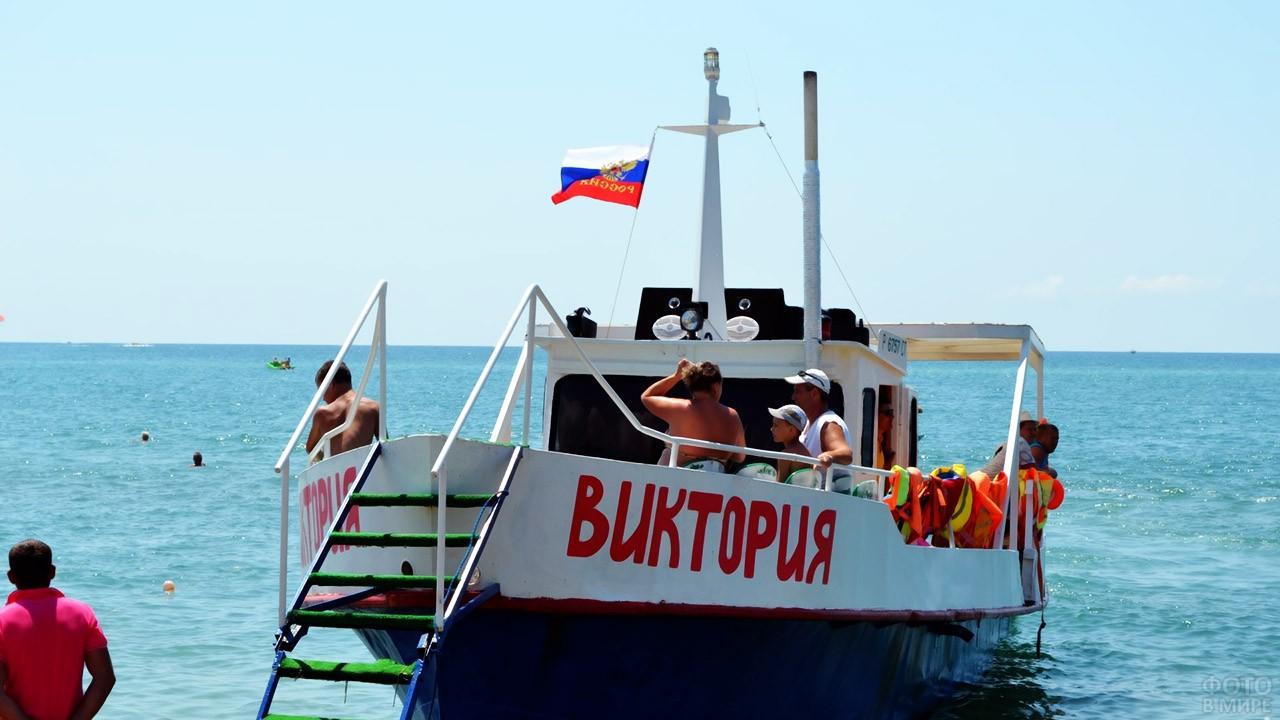 Туристы на палубе прогулочного катера