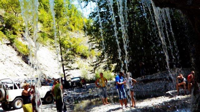 Туристы на прогулке на джипах у Полковничьих водопадов
