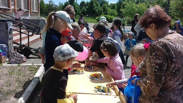 Дети угощаются конфетами в День защиты детей в Смоленске