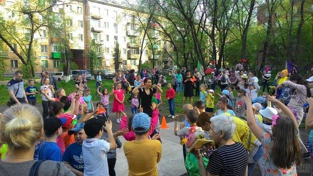 Дворовый праздник в День защиты детей в Казахстане
