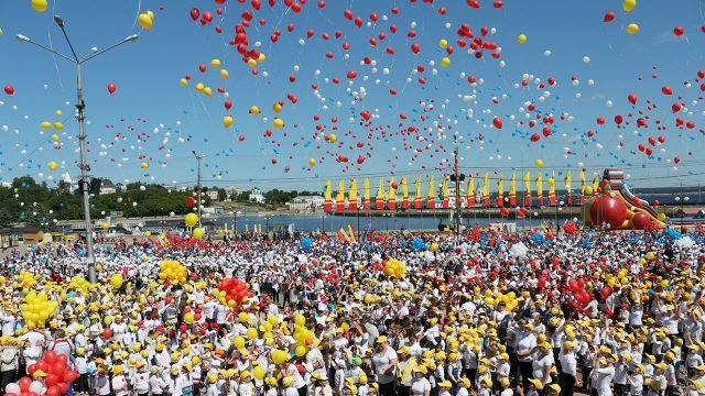Маленькие чебоксарцы отпускают в небо воздушные шарики в День защиты детей