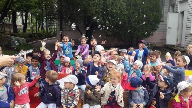 Малыши с мыльными пузырями в День защиты детей в туапсинском детском саду
