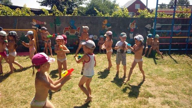 Малышня с водяными пистолетиками во дворе детского сада в Краснодарском крае 1 июня