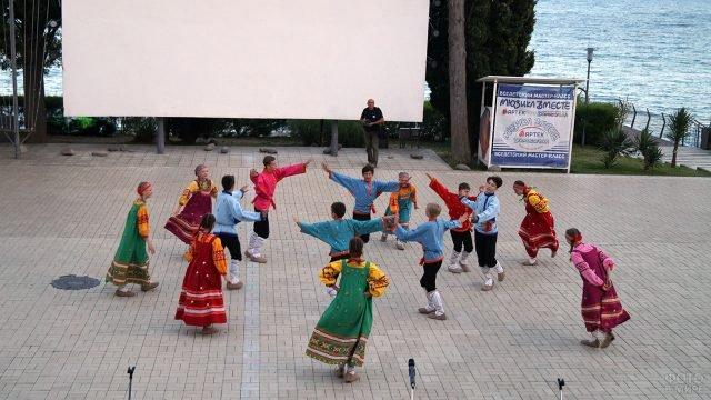 Народный танец на сцене в Артеке в День защиты детей