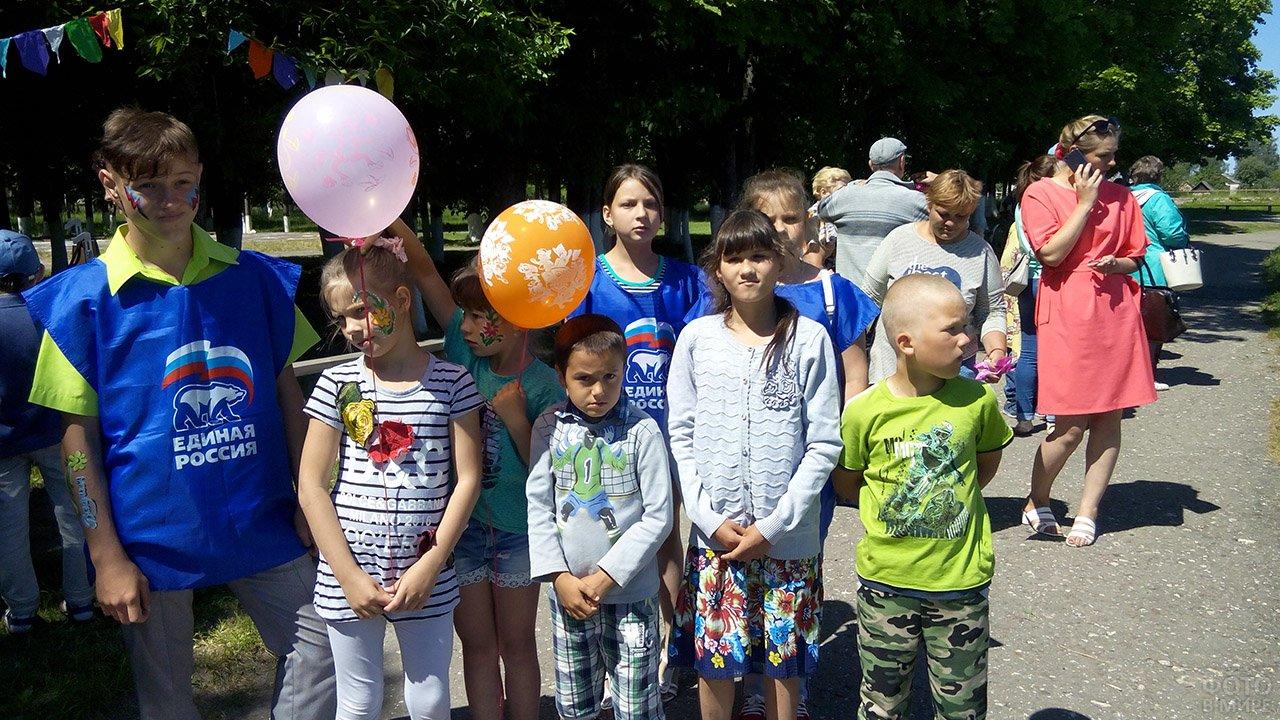 Школьники-волонтёры с подопечными-сиротами в День защиты детей в Брянске