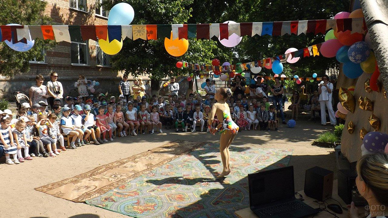 Выступление гимнастки на утреннике в ростовском детском саду в День защиты детей