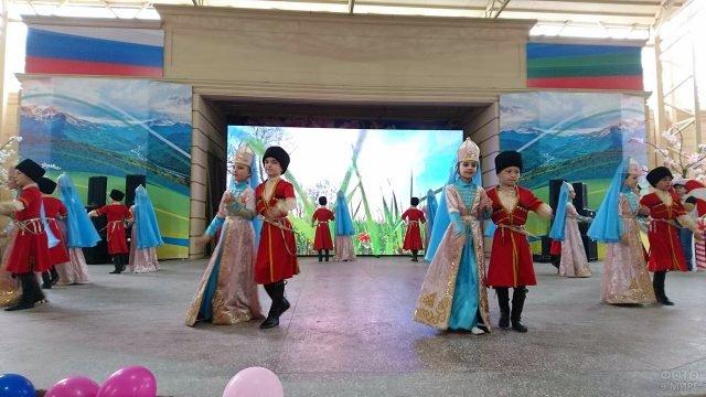 Выступление танцевального коллектива в День защиты детей в Карачаево-Черкессии